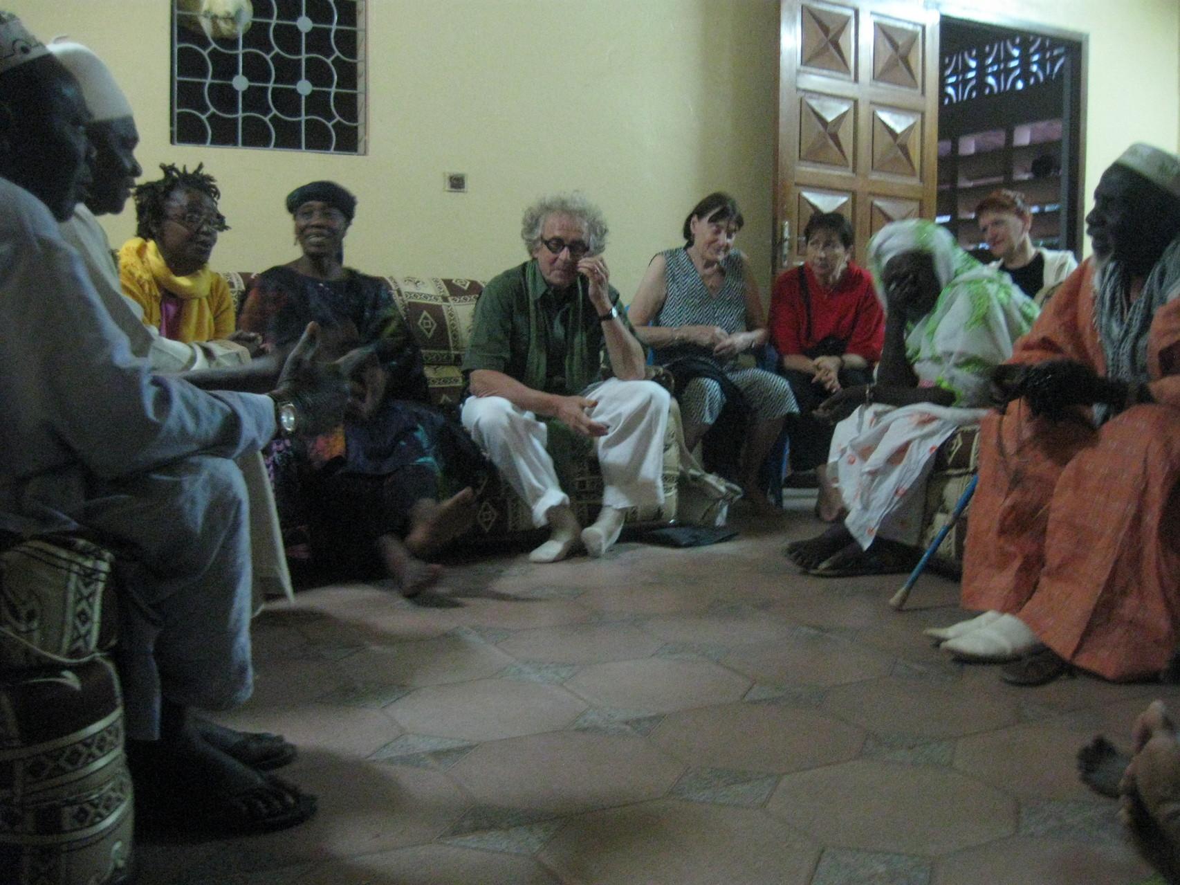 En visite chez le chef du village, Fatime sert d'interprète