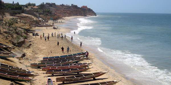 la plage avec les pirogues des pêcheurs de Toubab Dialaw