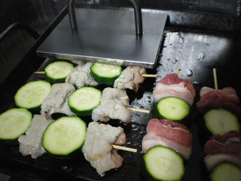 アツアツ鉄板豚バラとズッキーニの串焼きオサエちゃん