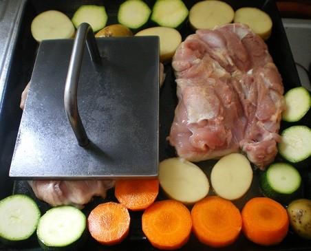 チキンステーキ 鉄板焼き 鉄板 レシピ 鶏肉 鳥肉 バーベキューBBQ キャンプ パリパリ 鳥皮 作り方 オサエちゃん 昭和屋工業 皮目 美味しい 鉄板プレス料理