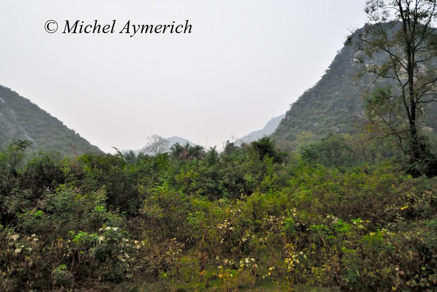 Paysage à monts karstiques typique de la région située de Guilin à Yangshuo...