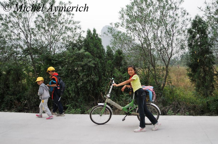 Enfants du retour de l'école, sages et polis à l'exemple de nombreuses personnes là-bas...