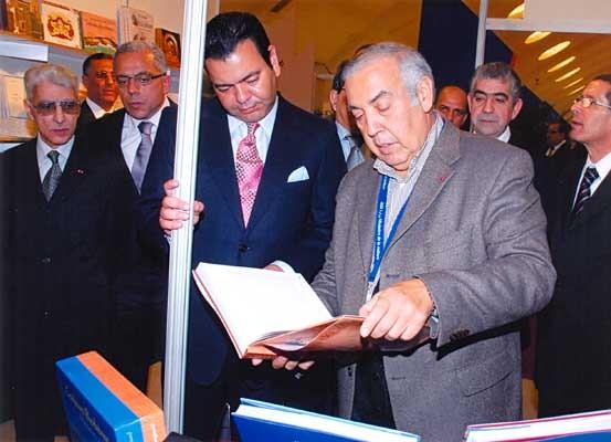 M. Retnani, éditeur de la Croisée des chemins, présente Un désert plein de vie au Prince Moulay Rachid (février 2010).