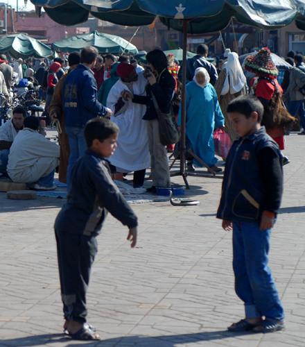 Les enfants jouent, pourquoi donc se soucier de la présence d'un cobra? Photo Michel Aymerich