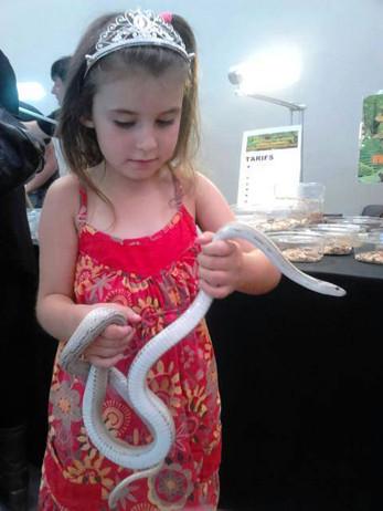 La phobie des serpents n'a pas été transmise à cette petite fille...