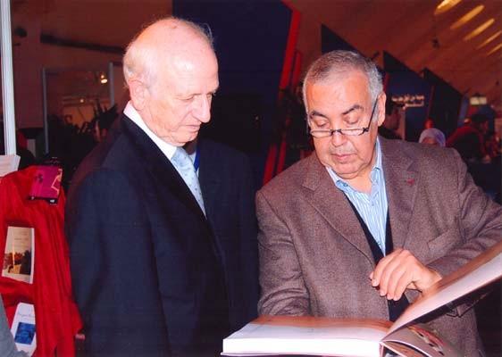 M. Retnani, éditeur de la Croisée des chemins, présente Un désert plein de vie à M. André Azoulay, conseiller du Roi (février 2010).