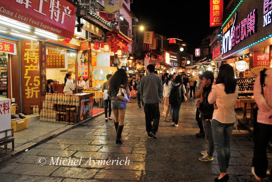 Une rue piétonnière à Yangshuo. Porter un short, parfois très court, est chose courante dans les villes. Pas un homme ne siffle, les femmes seules ne sont pas harcelées. Un autre monde!