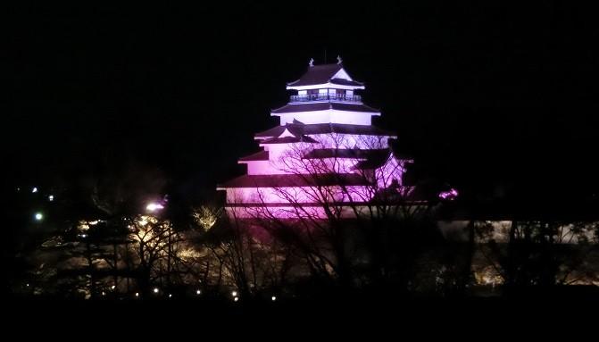 今年は鶴ヶ城再建50周年 幻想的なライトアップが楽しめます。