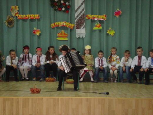 Мелодії осені виконує учень 3-Б класу Худавердян Смбат