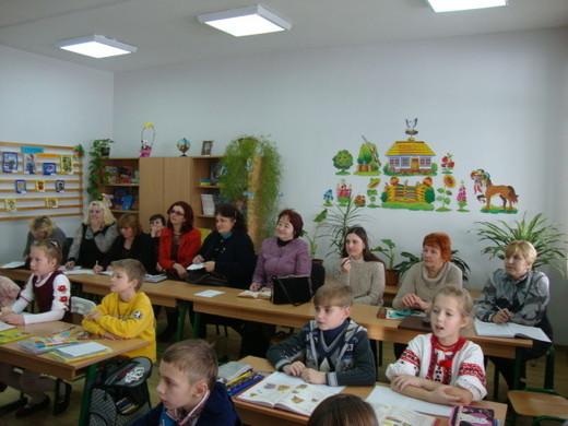 З цієї фотографії видно - урок був цікавим не тільки для учнів...