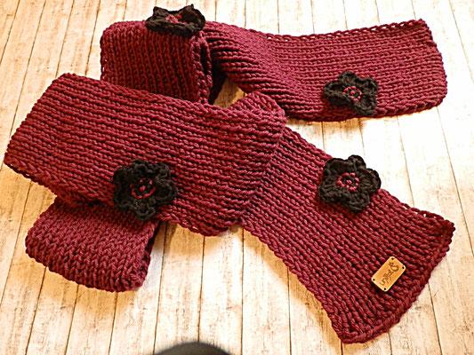 Gestrickter Schal mit Häkelblüten