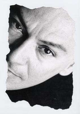 Carlos Saldívar (schwarz-weißes Männerporträt)