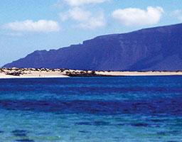 Leuchtend blaues Meer vor kanarischer Insel