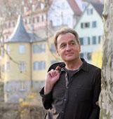Wolfgang Kirschner (am Neckar in Tübingen, mit Blick auf Hölderlinturm)