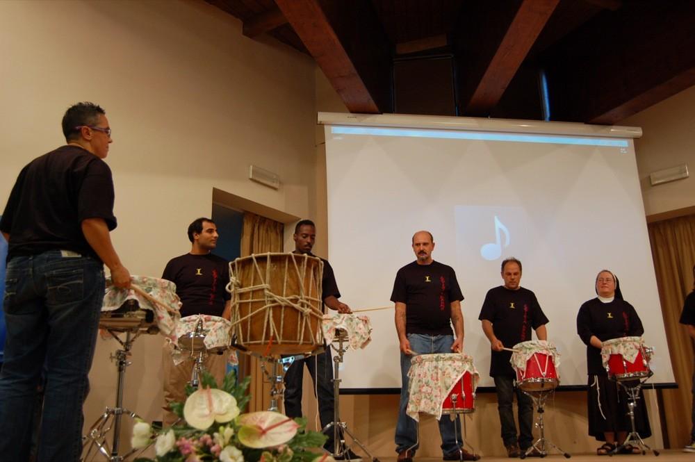 palco su cui si esibiscono dei musicisti (percussionisti)