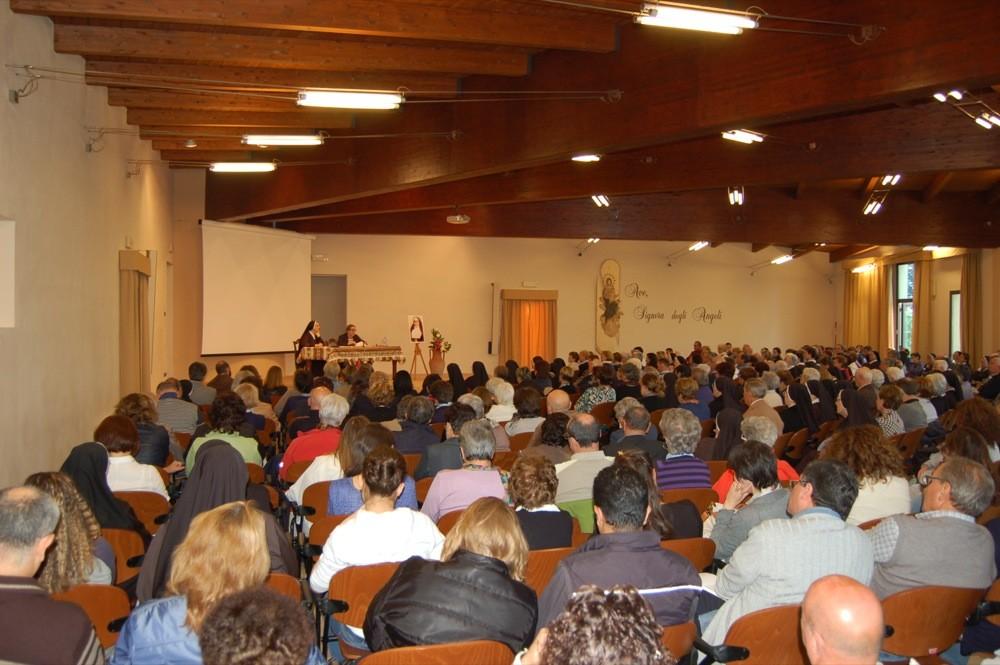 Interno della sala durante una delle conferenze