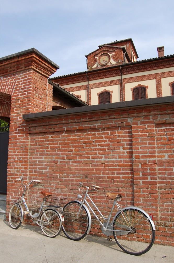le bici degli abitanti di Castelspina che vengono a messa la mattina
