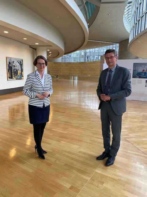 Bürgermeister Harald Lenßen (re.) mit Ministerin Ina Scharrenbach, Ministerium für Heimat, Kommunales, Bauen und Gleichstellung, im Gespräch im Landtag.