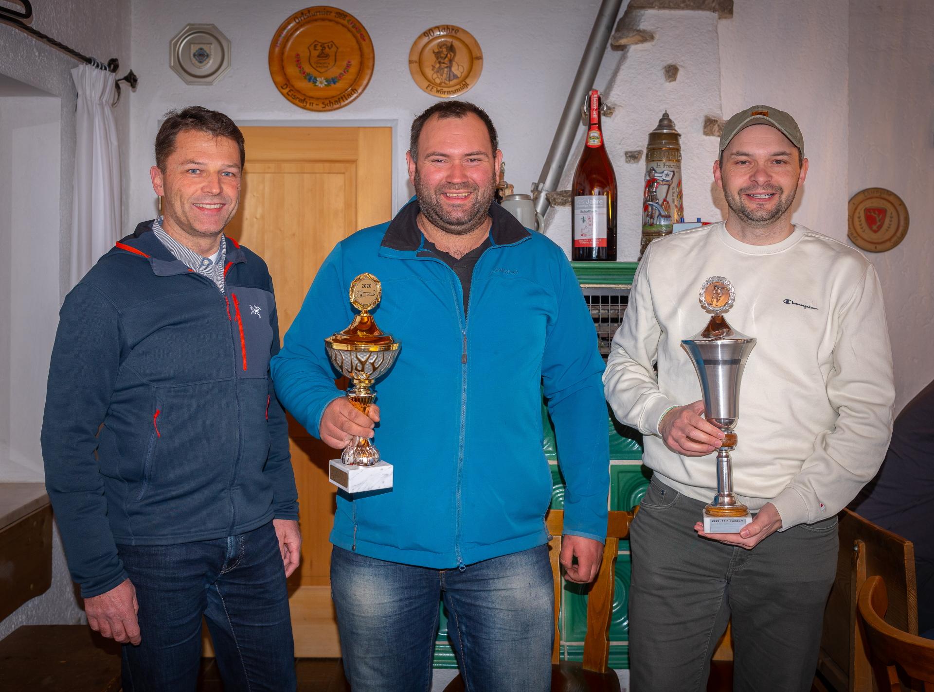 Tischkegelturnier 2020: Herrensieger Jakob Eiler (mitte) sowie Xare Manhart (rechts) als Vertreter von Mannschaftssieger Feuerwehr Piesenkam