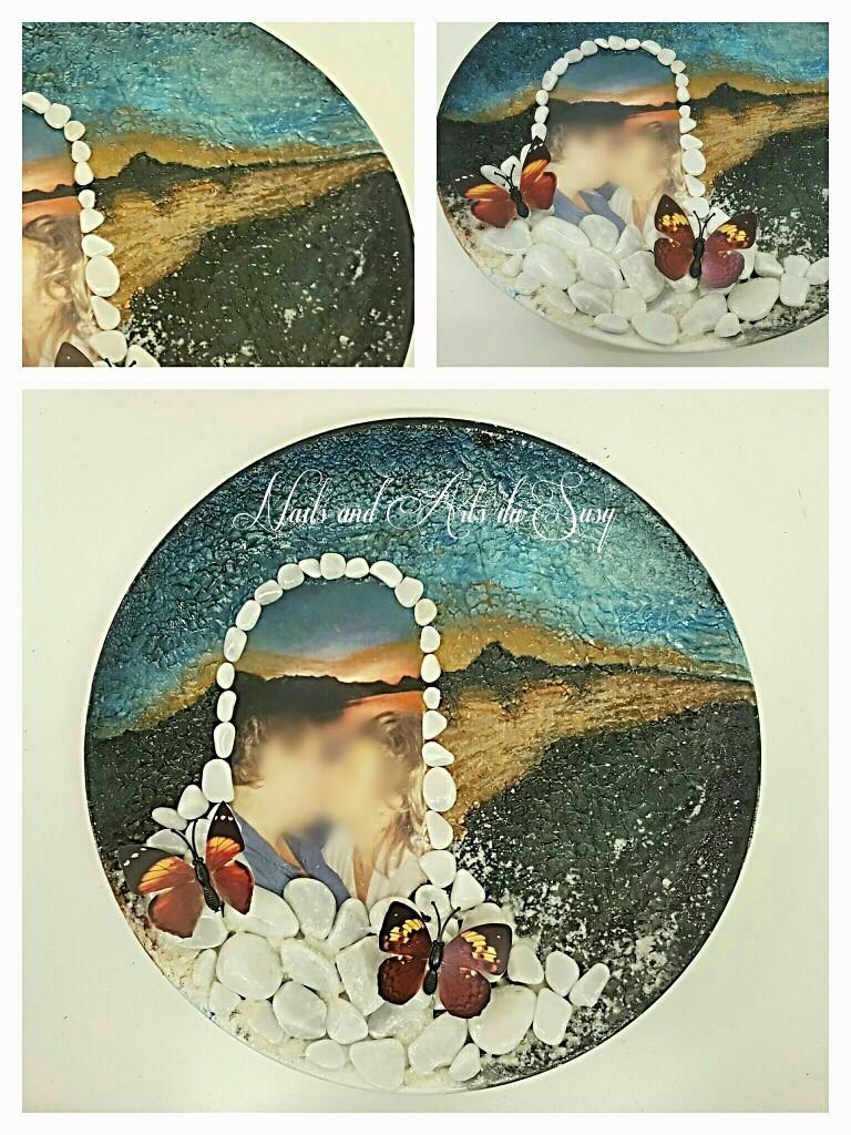 Piatto in ceramica con foto dipinto a mano e aggiunta di oggetti decorativi