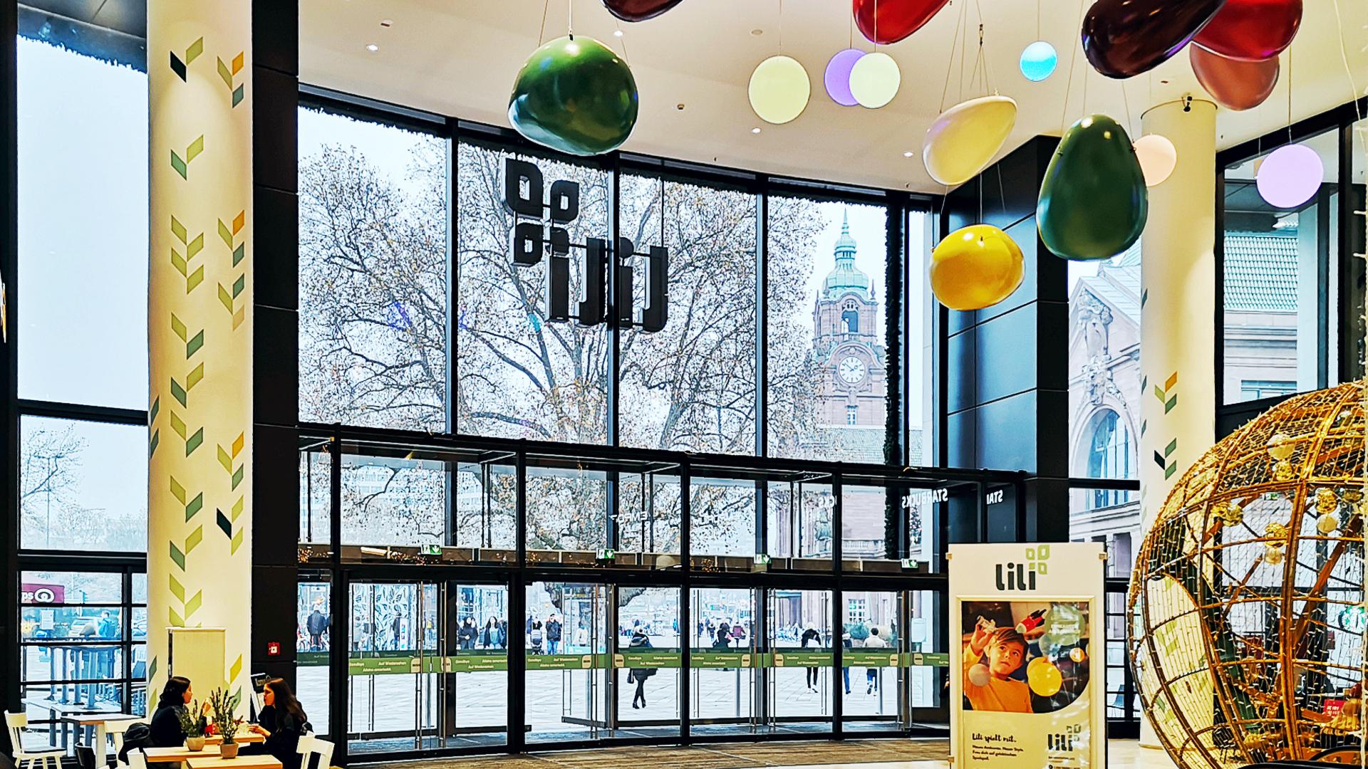 Der Blick vom frisch dekorierten Eingang nach draußen auf den Hauptbahnhof 11/2019
