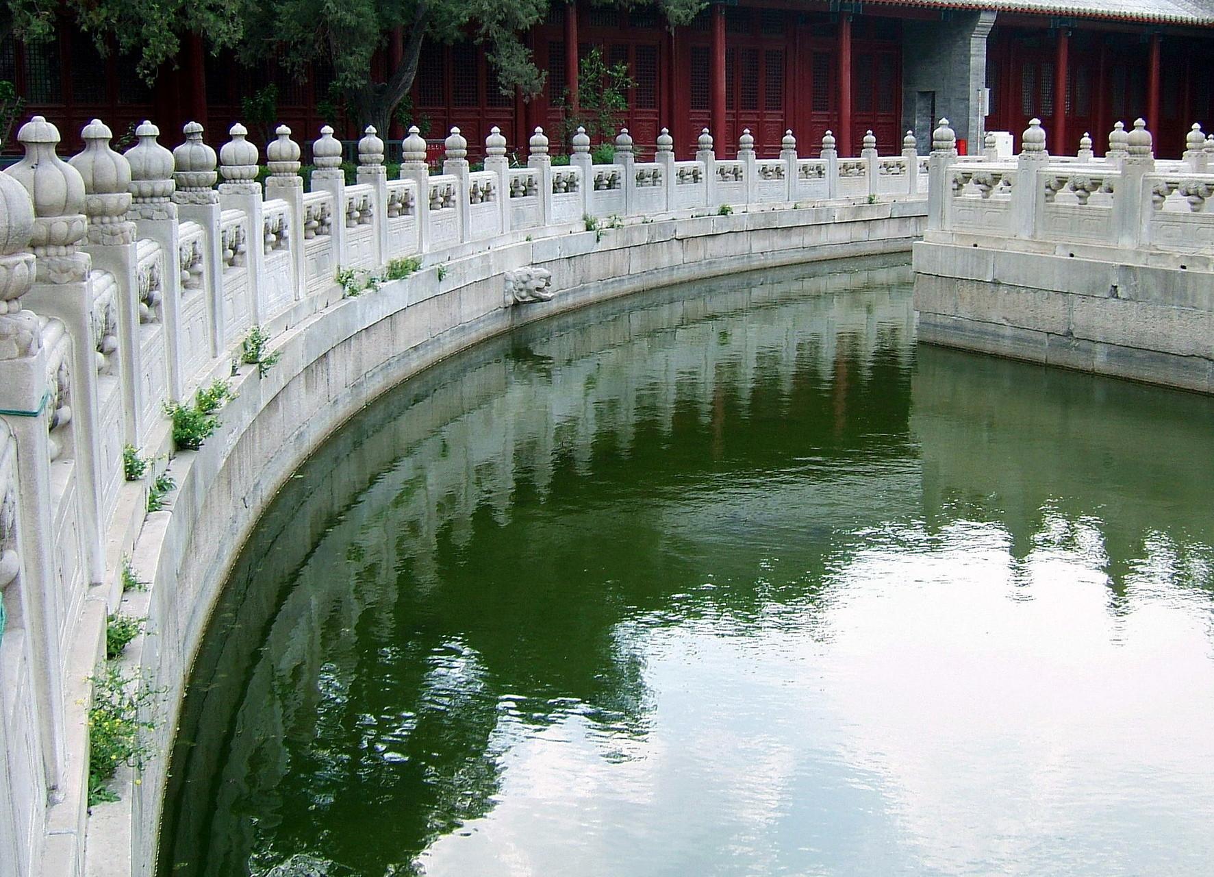 Озеро, окружающее Дворец Императорской Гармонии
