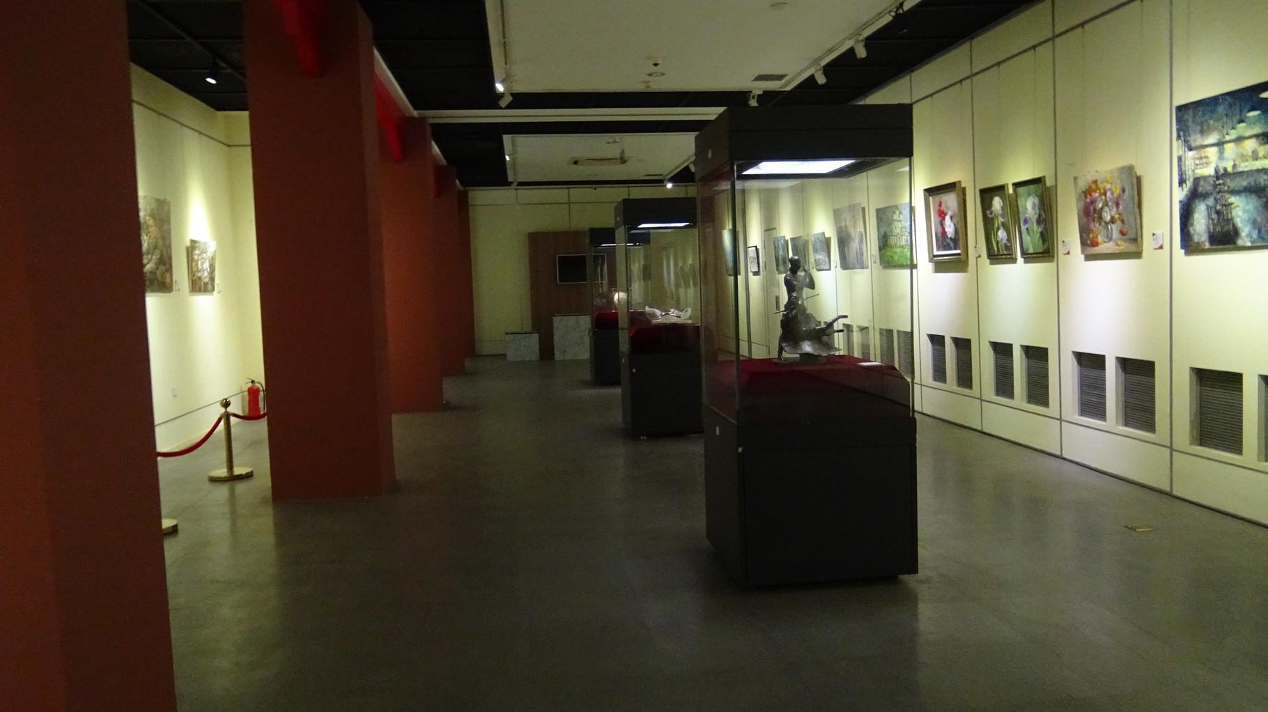 Экспозиция выставки (справа, между двумя букетами, мой диптих)