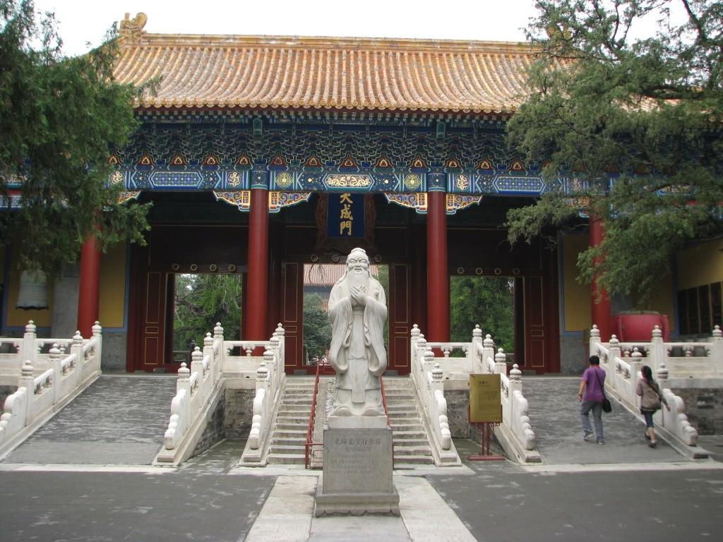 Статуя Конфуция, позади Ворота Великого Успеха