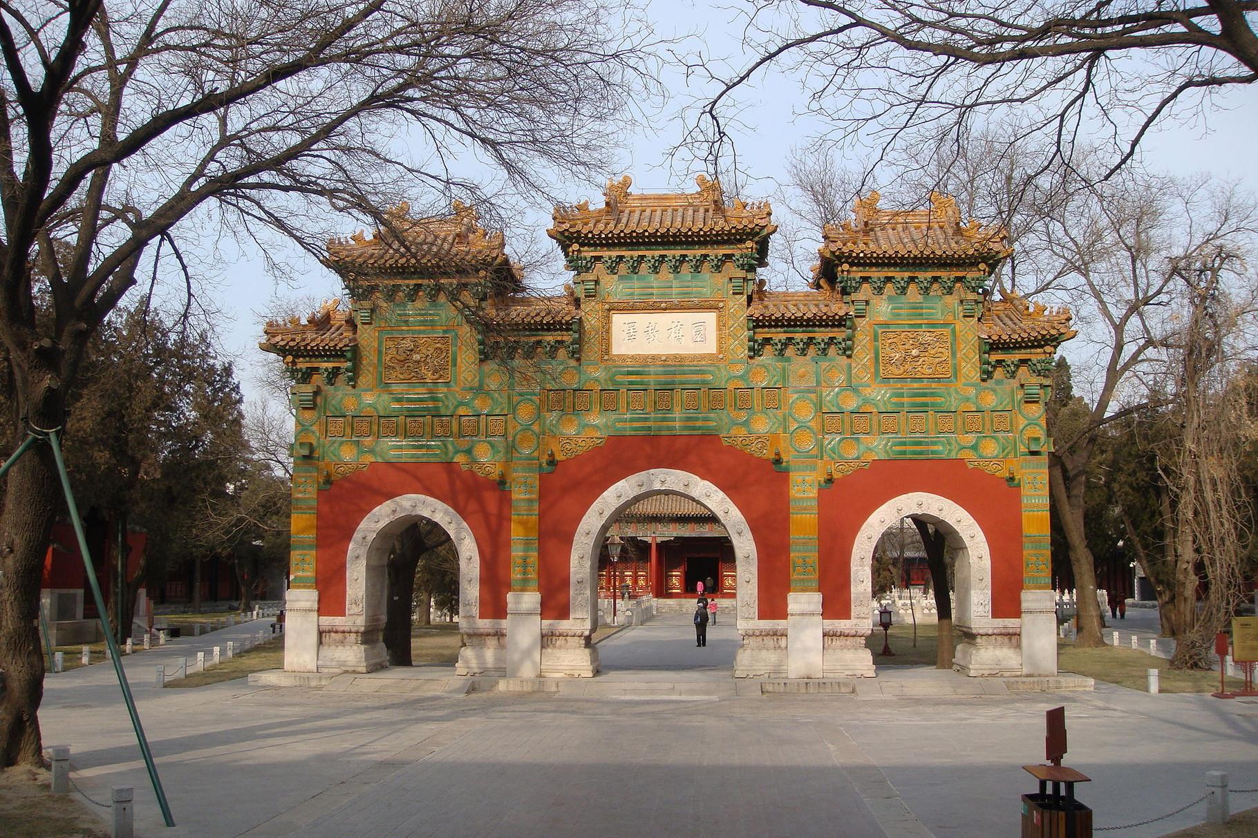 Мемориальная арка (слева от нее вход на выставку)