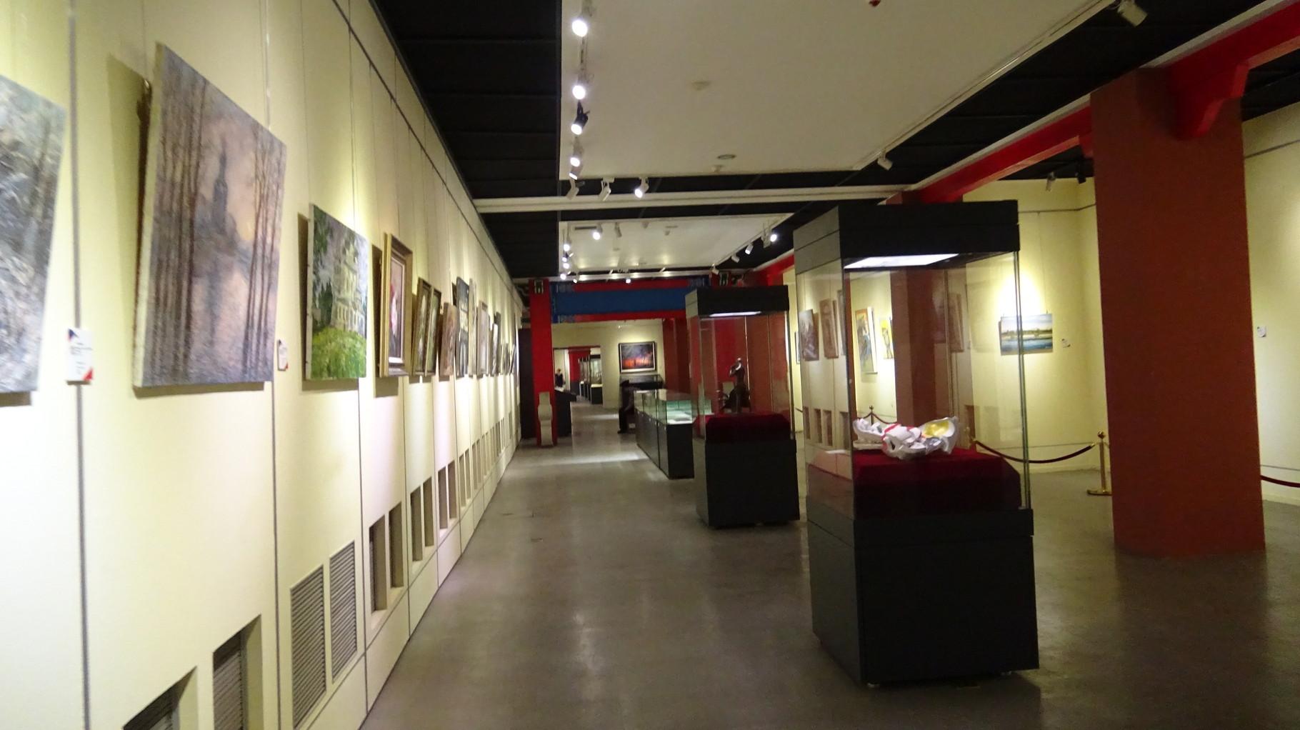 Экспозиция выставки (неподалеку слева виднеется мой диптих)