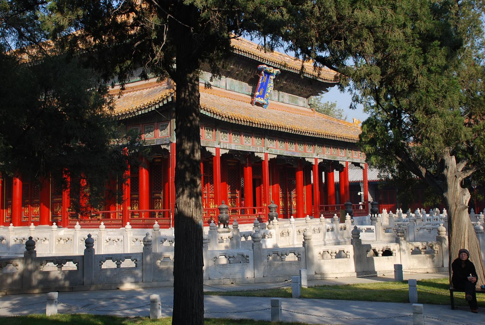 Дворец Императорской Гармонии (озеро за узорчатым ограждением)