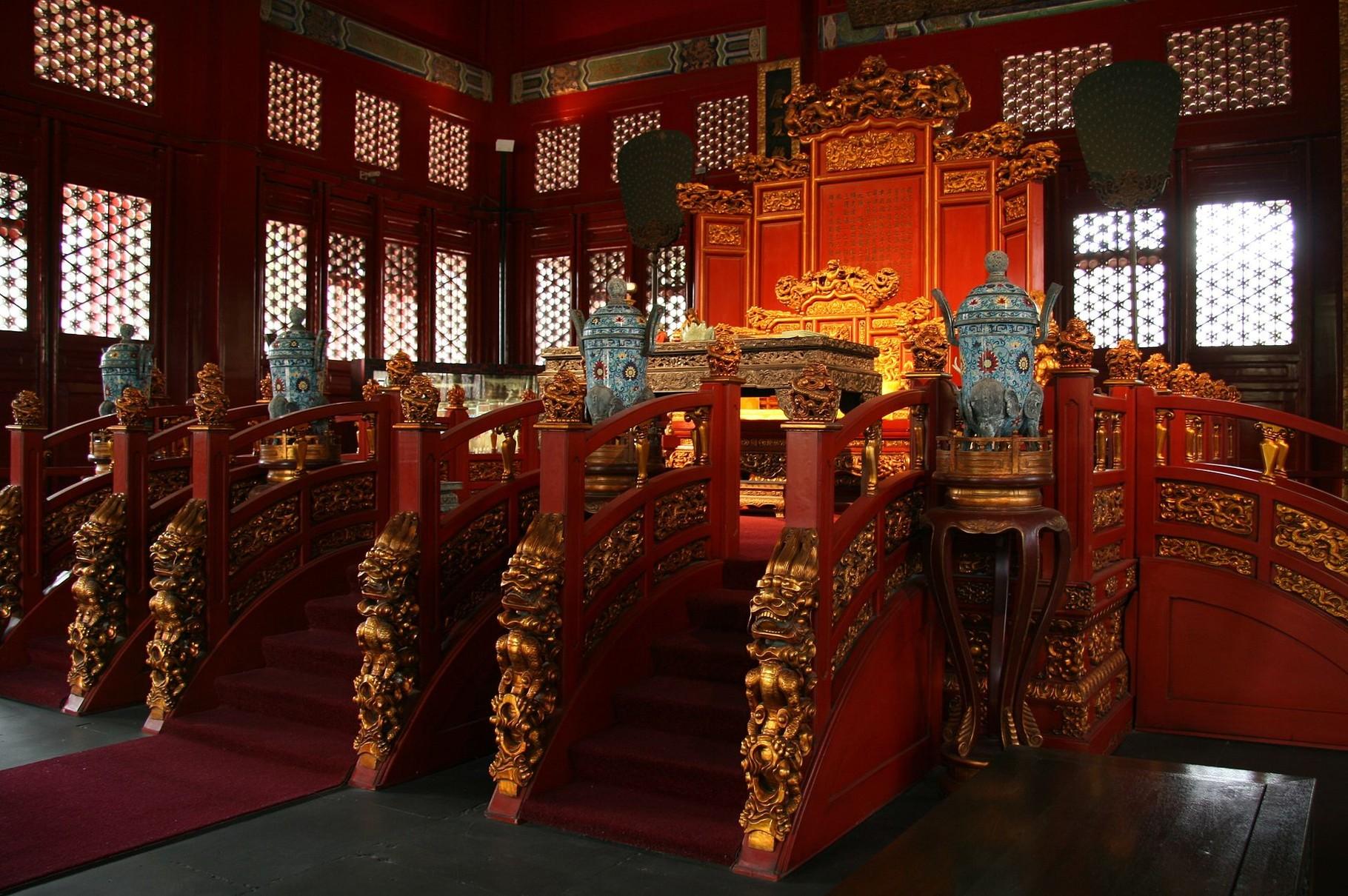 Трон во Дворце Императорской Гармонии