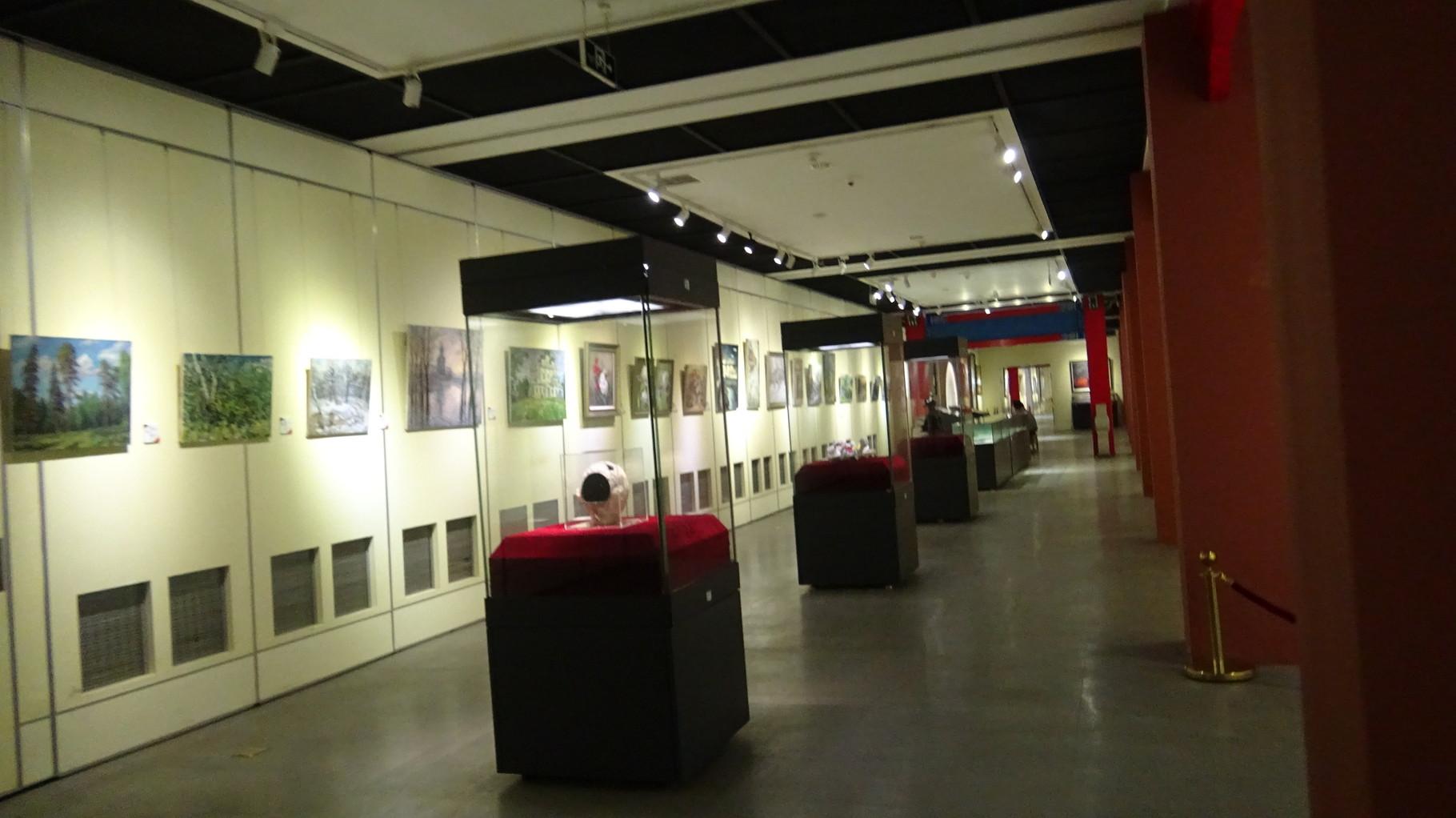 Экспозиция выставки (теперь диптих виден прямо за стеклом стенда)