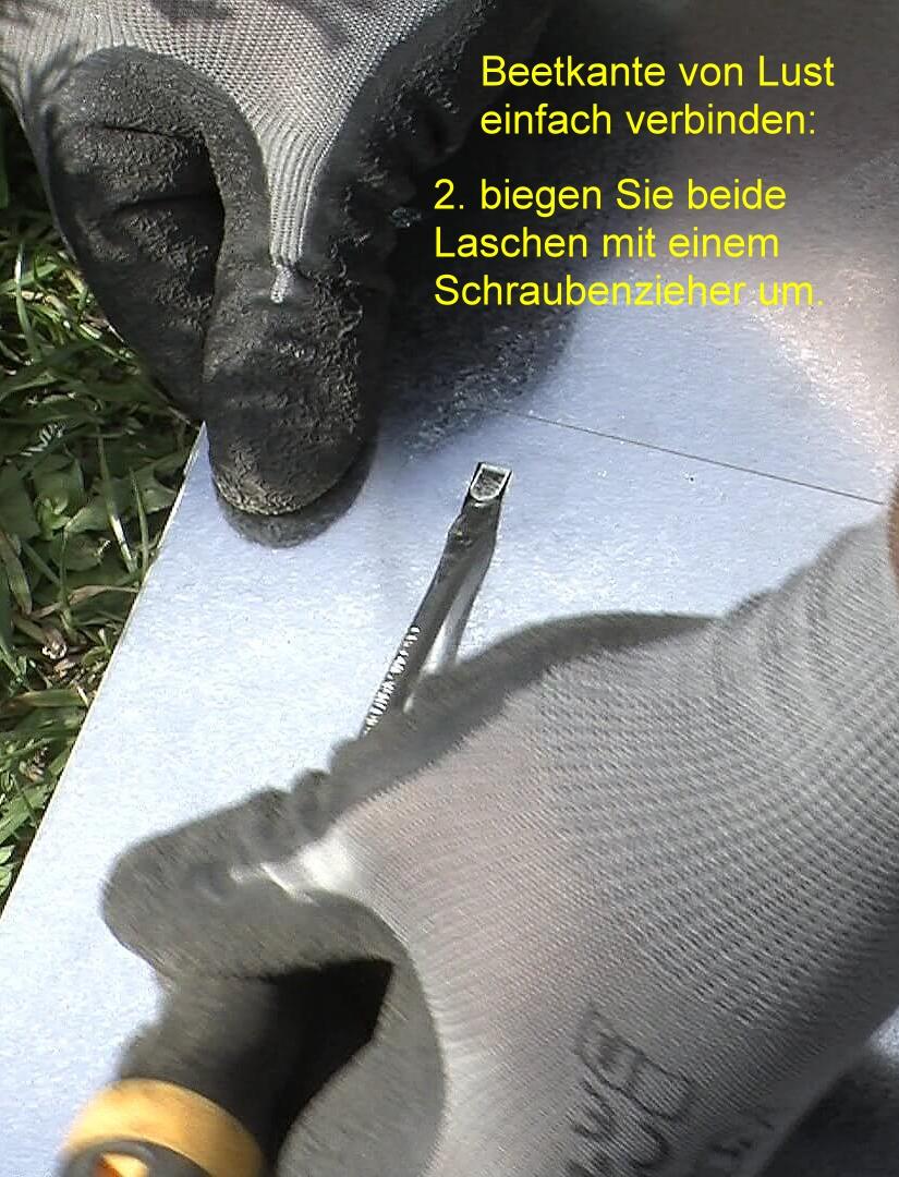 Beetkante von Lust Blechwaren einfach verbinden: Schritt 2 - Blechzungen mit einem Schraubenzieher umbiegen.