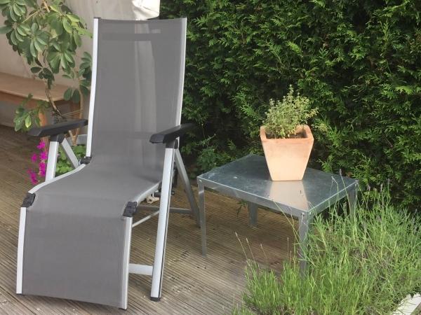 Praktischer Gartentisch aus feuerverzinktem, rostfreien Stahl. Höhe 45 und 40 cm für Blumen, eine Tasse Tee oder ein Buch.