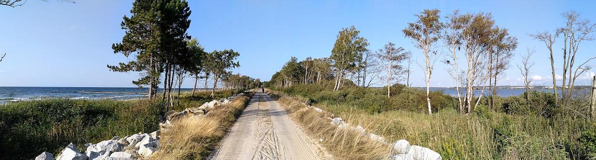der gemischte Rad- und Fussgängerweg  verläuft streckenweise zwischen Ostsee und Koban-See