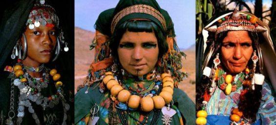 """Drei Berberfrauen mit ihrem Kopfputz und  dem für ihre Region typischen Schmuck.  Illustration aus dem Buch  """"Bijoux du Maroc"""" von Jacques et Marie-Rose Rabaté"""