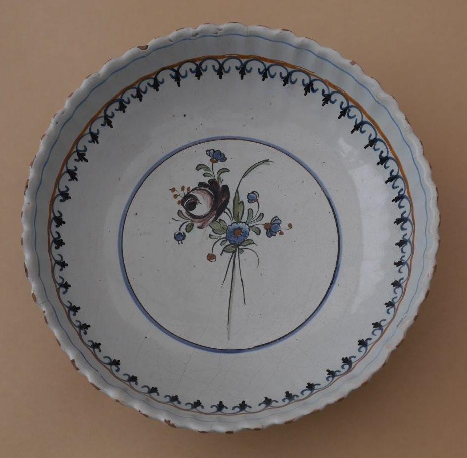 Saladier godronné décor à la rose manganèse - Haut. 8 Diam. 26