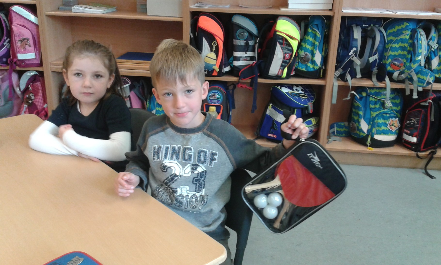 Tischtennisschläger und dazugehörige Bälle