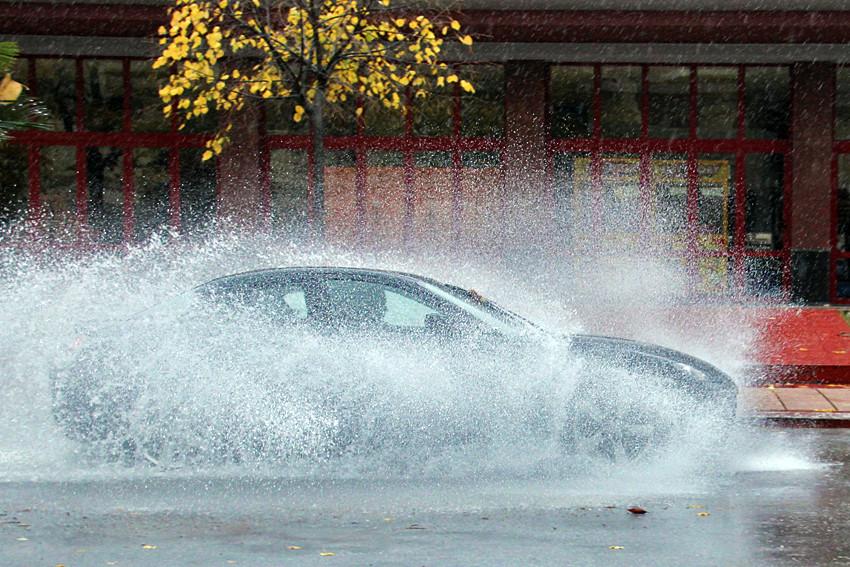 Les fortes pluies ont inondé les routes