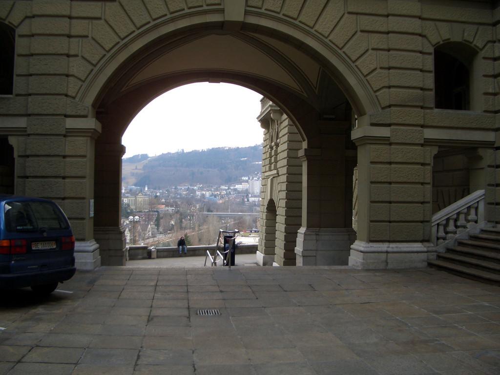 Die BesucherInnen werden zum Südeingang gewiesen.