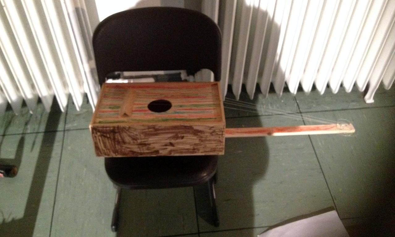 Ein Monochord in einer Version mit 4 Saiten, denn da hatte ein Vater schon vorgearbeitet.