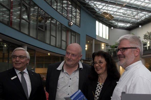 von links: Dietmar Mittelstädt (stellvtr. Vorstand Sparkasse Korschenbroich), Michael Grosse (Generalintendant Theater Krefeld/Mönchengladbach), Fr. Dr. Rita Mielke (Korschenbroich liest), Thomas Lindt