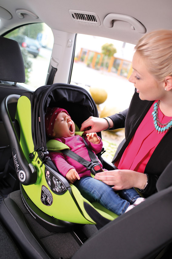 Kiddy Evoluna i-size car seat with newborn baby