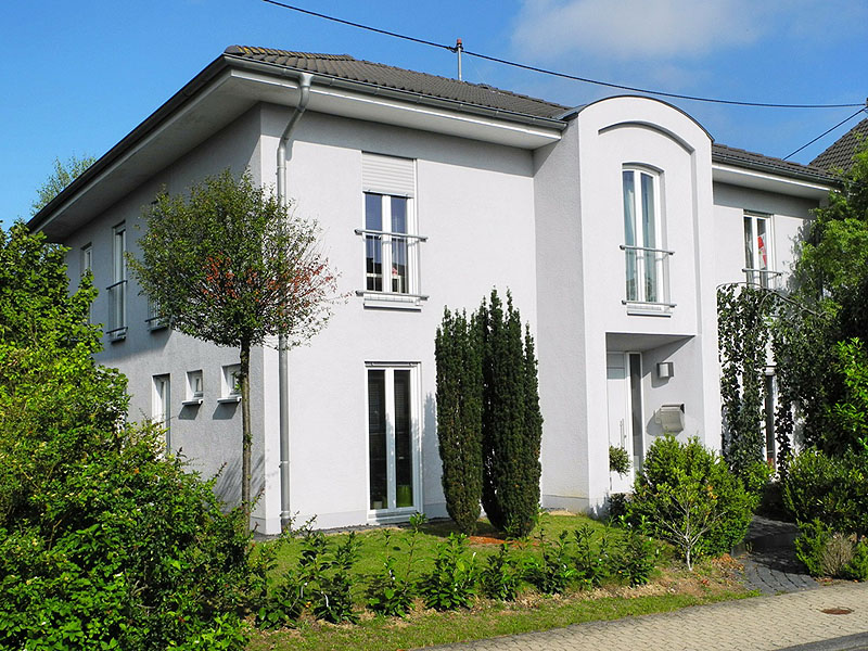 Rhein-Hunsrück-Kreis: Hochwertiges Einfamilienhaus mit überbauter Garage bei Emmelshausen
