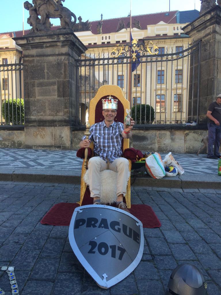 Europa selbsternannter Lebkuchen König vor der Prager Burg 2017