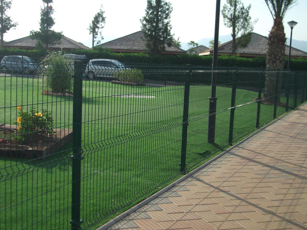Instalacion mallas y postes vallas de obra vallas for Vallas de hierro para jardin
