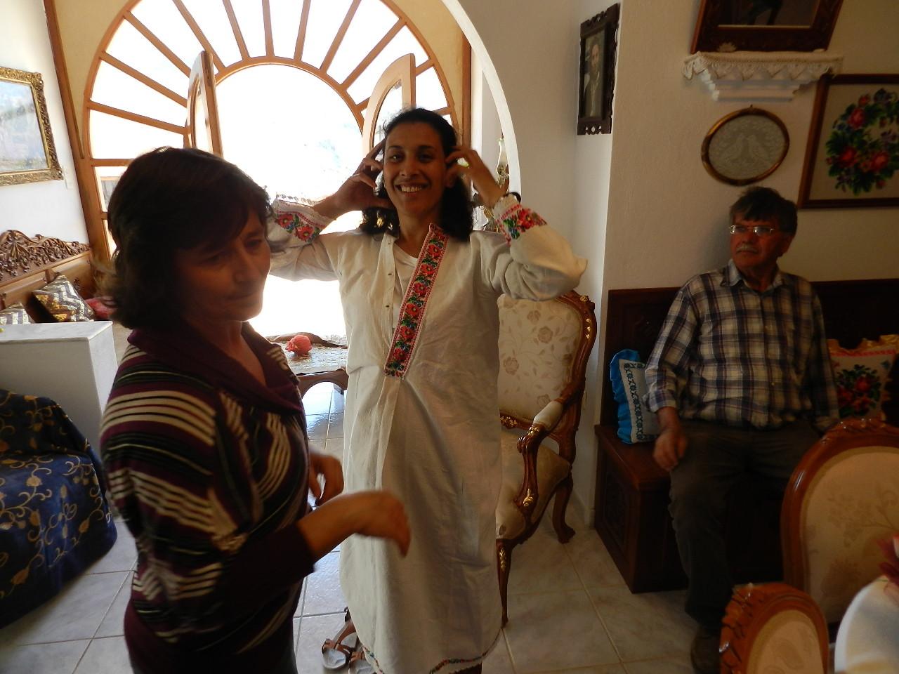 Anna che veste Giada con gli abiti tradizionali