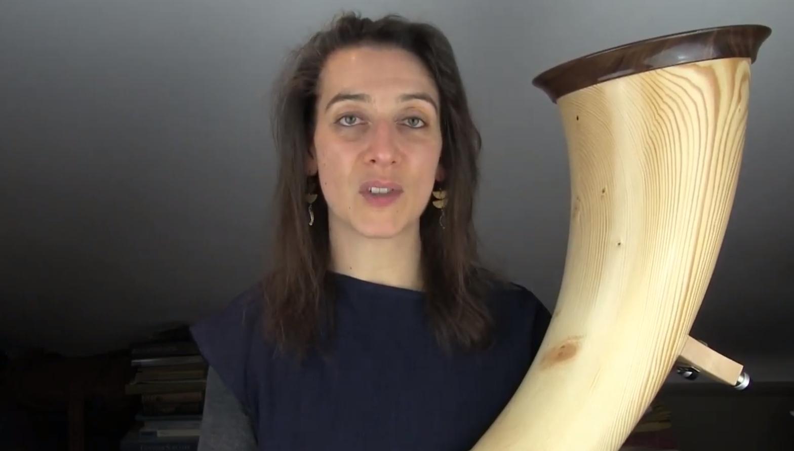 Anneke Scott spielt resunar Alphorn