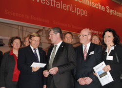 NRW-Wirtschaftsminister Harry Voigtsberger (vorne links) informiert sich über den Industriepark Lippe mit (von links nach rechts): Dr. A. Heinrike Heil (Stiftung Standortsicherung), Axel Martens (IHK Lippe zu Detmold), Landrat Friedel Heuwinkel, Markus Re